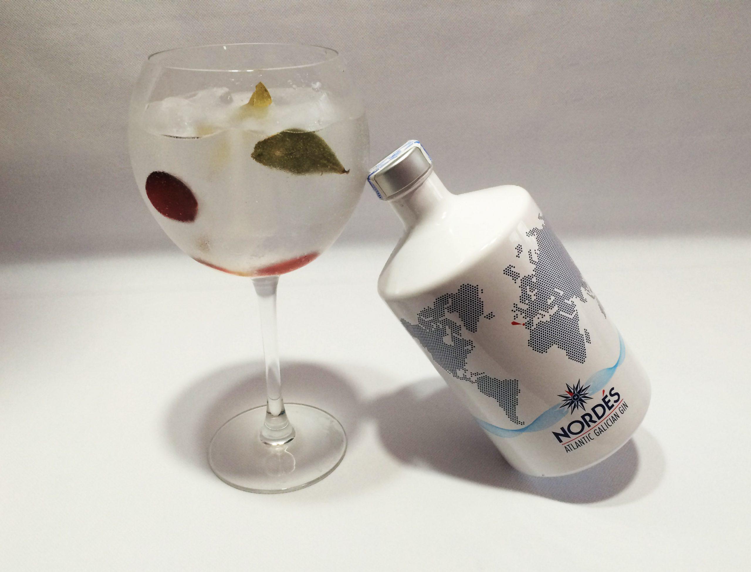 Gin tonic de Nordés con uvas y laurel